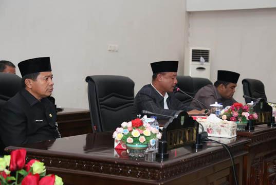 <p>Bupati Rokan Hulu H. Sukiman, diwakili Sekretaris Daerah Kabupaten Rokan Hulu H. Abdul Haris S.Sos, M.Si menyampaikan jawaban terhadap tiga Rancangan Peraturan Daerah (Ranperda) di Rapat Paripurna DPRD Rokan Hulu.</p>