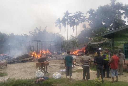 2-rumah-di-kepenuhan-barat-terbakar.jpg