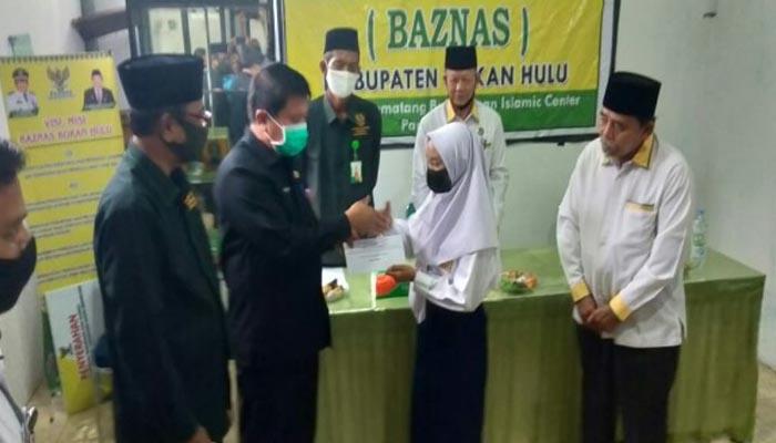 Sekda serahkan Bantuan Dana Pendidikan SD hingga S1 Total Baznas Rohul Rp642 Juta