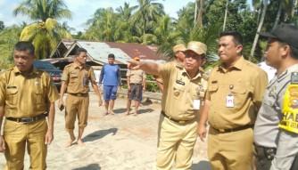 Pakai Sepatu Boat, Bupati Sukiman Pantau Banjir di Pawan dan Salurkan Bantuan