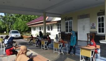 Guru di Kawasan PT. EDI tetap berikan Pendidikan Kepada Siswa