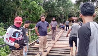 Direspon Bupati Sukiman, Kadis PUPR Rohul Turun Lihat Perbaikan Jembatan Sei Monding