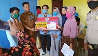 Mahasiswa KUKERTA Universitas Riau, bantu Pembagian BLT-DD di Sungai Kumango
