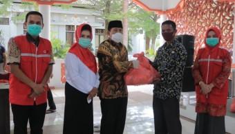 PMI Rohul Salurkan 1000 Paket Sembako untuk Warga Terdampak COVID-19